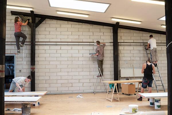 Der bliver malet stolper og døre i Remisen Næstved
